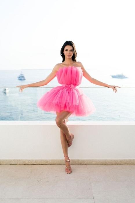 Кендалл Дженнер в воздушном розовом платье от H&M. / Фото: sassydaily.com