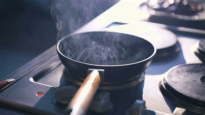 Если масло дымит, можно класть на сковороду мясо. / Фото: shutterstock.com