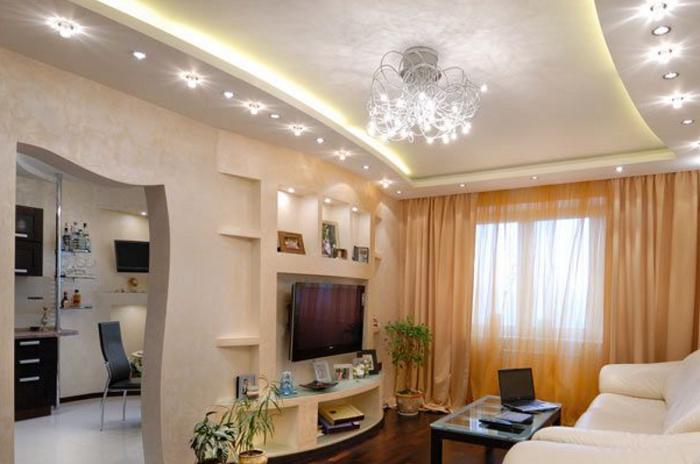 Многоуровневые конструкции визуально делают потолок ниже. / Фото: sdelalremont.ru