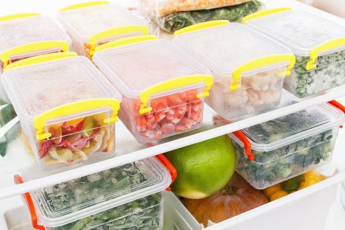 Некоторые продукты можно заранее нарезать и заморозить. / Фото: sdezinfekciya.ru