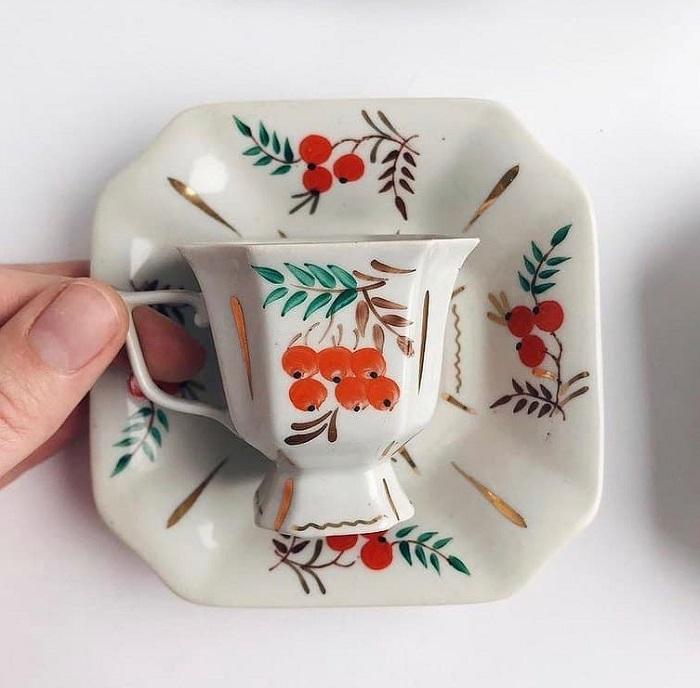 Чашка и блюдце с изображением рябины. / Фото: avito.ru