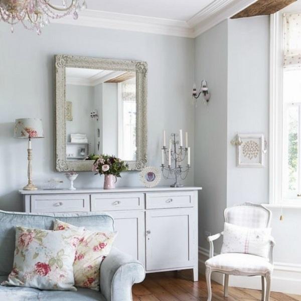 Зеркало в состаренной раме и ретро-мебель - обязательные составляющие интерьера. / Фото: pinterest.ru