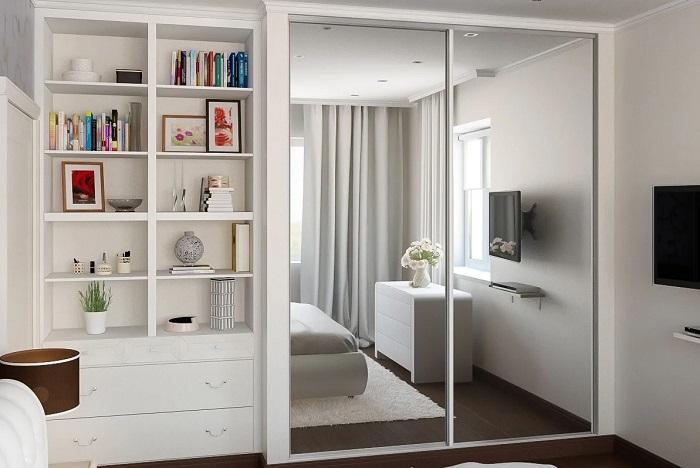 Шкаф с зеркальным фасадом в спальне. / Фото: interiorsmall.ru