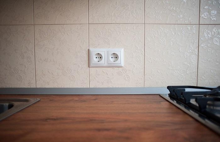 Две розетки на кухне - это очень мало. / Фото: shkafkupeprosto.ru