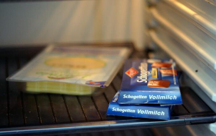 После хранения в холодильнике на шоколаде появляется белый налет. / Фото: thesun.co.uk