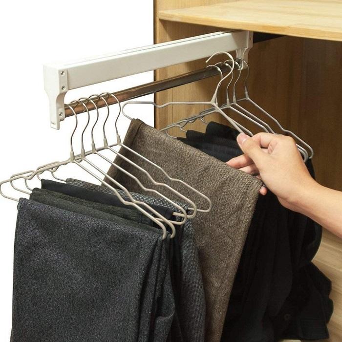 Проволочные вешалки могут испортить одежду. / Фото: shoppingschool.ru