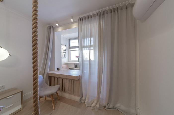 Штора красиво разделяет спальню и лоджию. / Фото: pinterest.ru