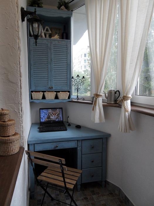 Лаконичные короткие шторы собирают меньше пыли. / Фото: houzz.ru