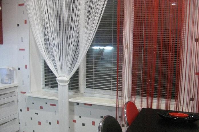Нитяные шторы можно красиво собрать по желанию. / Фото: imbuilder.ru