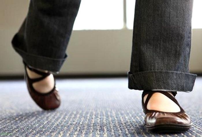 Если человек практически не поднимает ноги, он шаркает подошвой обуви по полу. / Фото: sibfun.ru