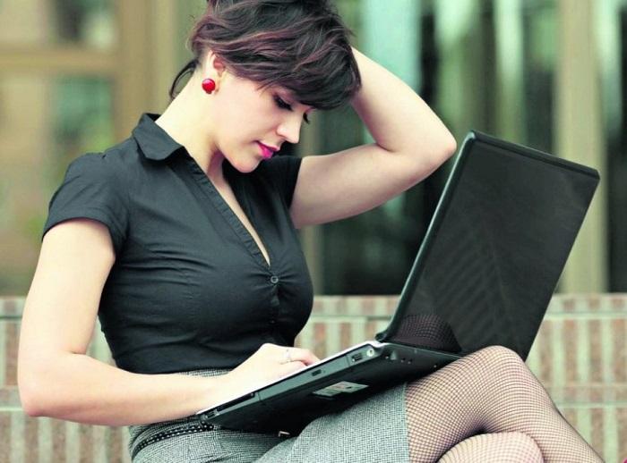 Одинокие девушки часто ведут себя развязно в соцсетях. / Фото: simplemost.com