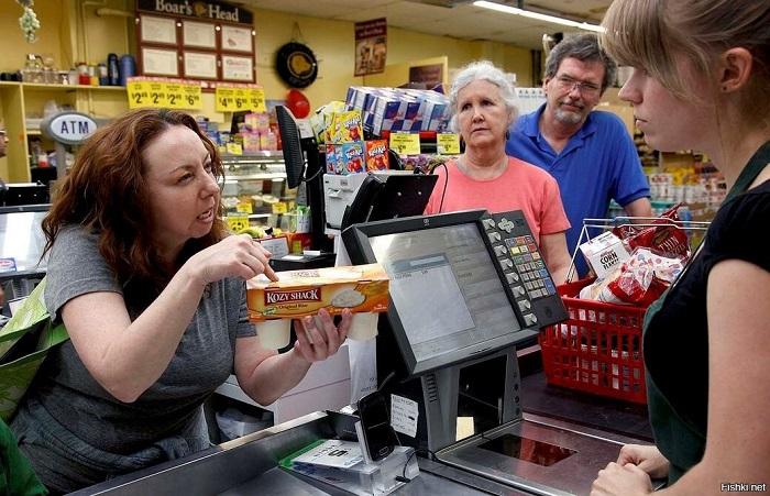 Женщина ругается с кассиром в супермаркете. / Фото: fishki.net