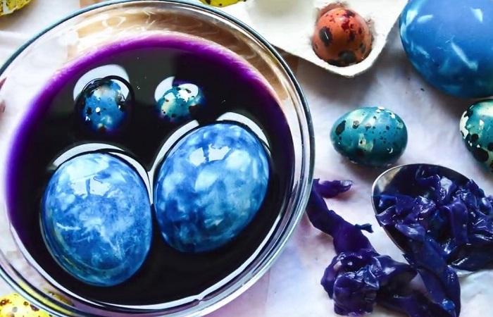 Краснокочанная капуста подарит яйцам насыщенный синий оттенок и оригинальный узор. / Фото: news.myseldon.com