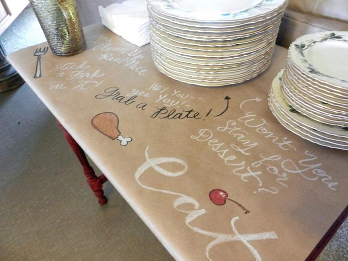 На бумажной скатерти можно оставить рисунки. / Фото: weebirdy.com