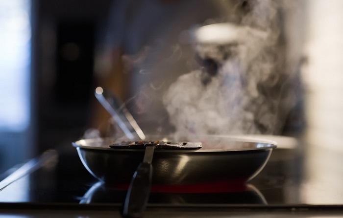 Не стоит ждать, пока масло на сковороде задымит. / Фото: goodfon.ru
