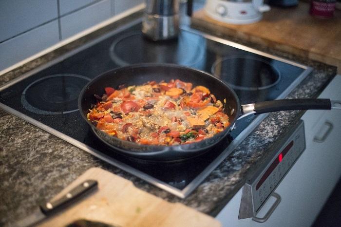 Если перегрузить сковороду, компоненты будут тушиться, а не жариться. / Фото: xozandhome.ru