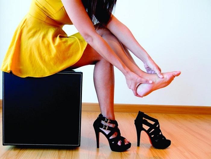 Обувь на высоком каблуке часто вызывает дискомфорт. / Фото: skrbux.ru