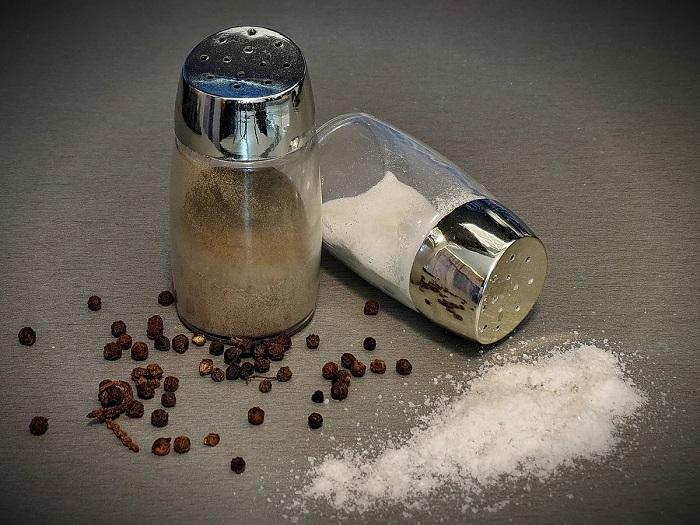 Перец и соль зачастую плохо высыпаются из емкостей. / Фото: nastroy.net