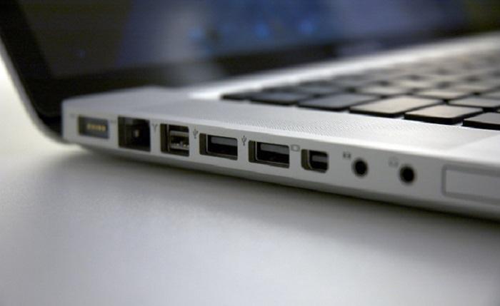 USB-порты расположены напротив тех мест, где начинаются ряды клавиш. / Фото: businessinsider.in