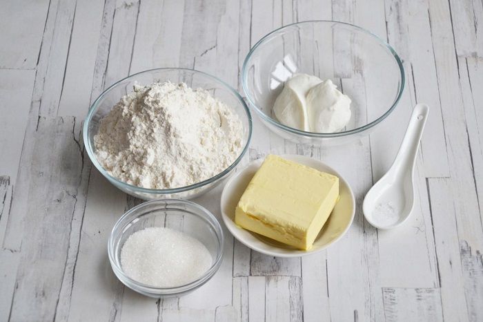 Для теста понадобится масло, мука, сметана и соль. / Фото: 1000.menu