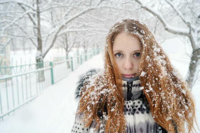 Снег делает волосы сухим и ломкими. / Фото: syl.ru