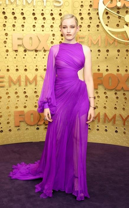 Джулия Гарнер в фиолетовом платье от Cong Tri. / Фото: sobaka1.ru
