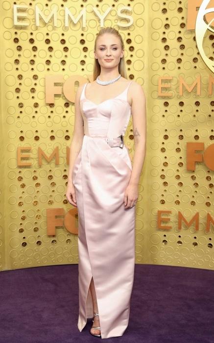 Софи Тернер в платье от Louis Vuitton. / Фото: sobaka.ru