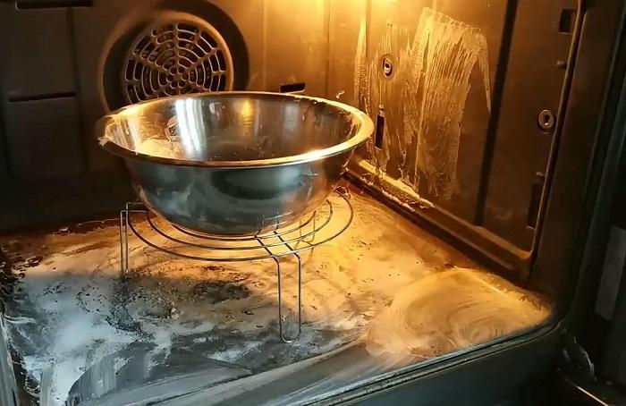 Почистить духовку можно при помощи соды. / Фото: sodavsem.ru