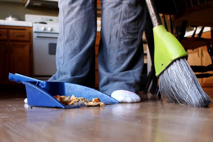 Подметайте на кухне сразу, как только заметили мусор. / Фото: son365.online