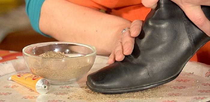 На подошву ботинок нужно нанести клей, а затем песок. / Фото: sovetclub.ru