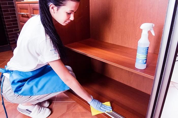 Для начала соберите все вещи, которые валяются, а затем протрите шкаф. / Фото: sovet.help