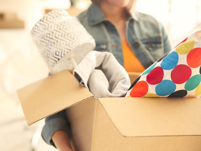 Ненужные вещи складывайте в коробку и выбрасывайте. / Фото: sovet.boltai.com
