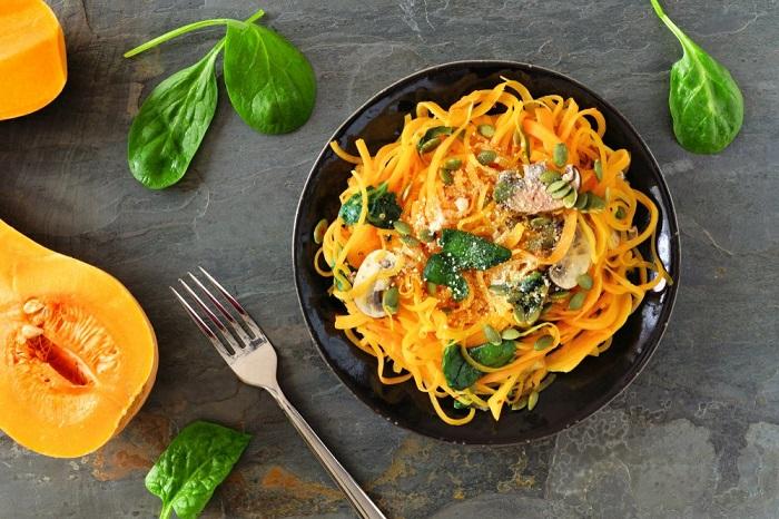 Яркие тыквенные спагетти с кешью. / Фото: medaboutme.ru