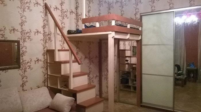 Отличное решение для маленькой квартиры - антресольная кровать. / Фото: spb.masterdel.ru