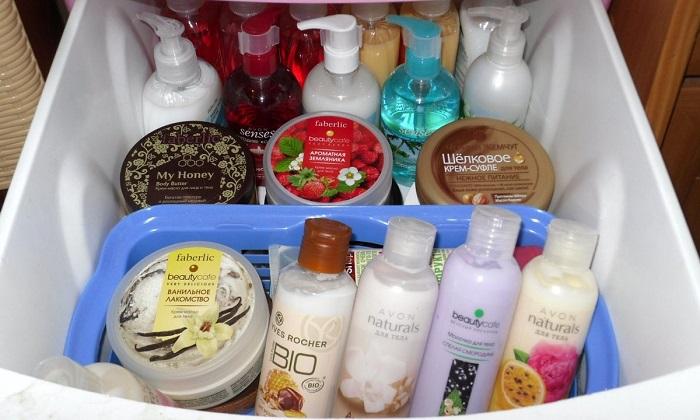 Магазинная упаковка средств для купания не способствует созданию эстетичного вида в ванной. / Фото: sphere-of-life.com