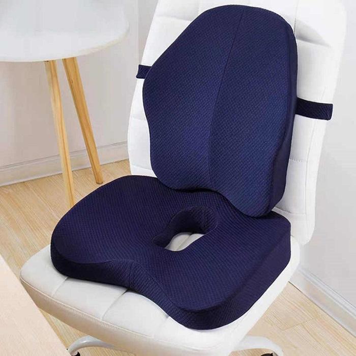 Ортопедическая подушка крепится на кресло, уменьшая нагрузку на спину. / Фото: sport.net.ua