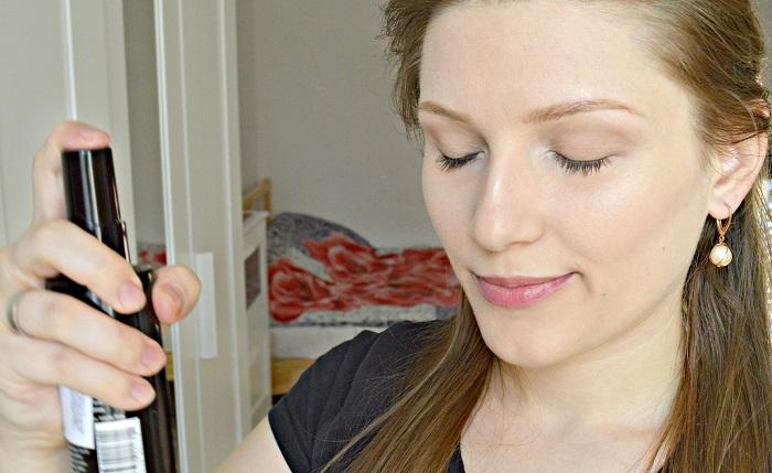 Нанесите на лицо спрей-фиксатор. / Фото: makeup.ru
