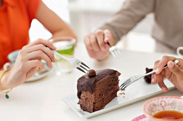 Кусок шоколадного торта можно съесть вместе с подругой. / Фото: sterhluki.ru