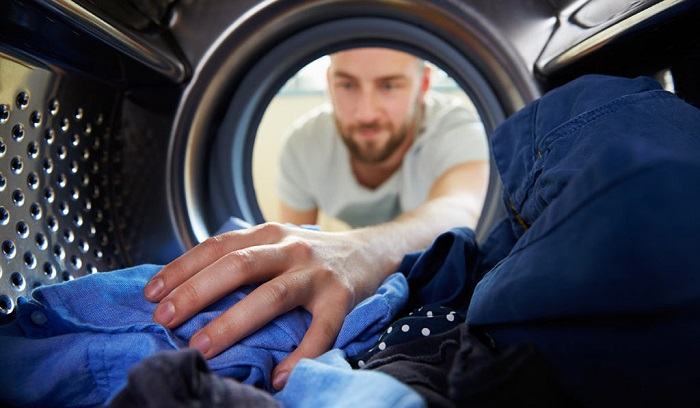 Отправить вещи в барабан стиральной машины получится у каждого. / Фото: cleanadvice.ru