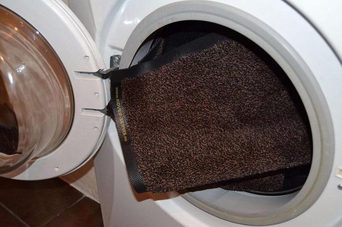 Коврик не стоит класть в машинку с другими вещами. / Фото: domashniy.net