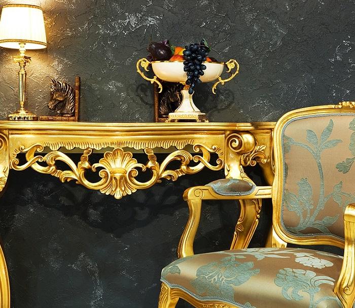 Обилие мебели под золото делает интерьер слишком помпезным. / Фото: livemaster.ru