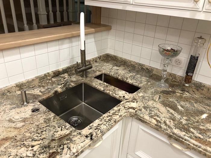 Кухонная столешница из натурального камня в хрущевке. / Фото: vestnikao.ru