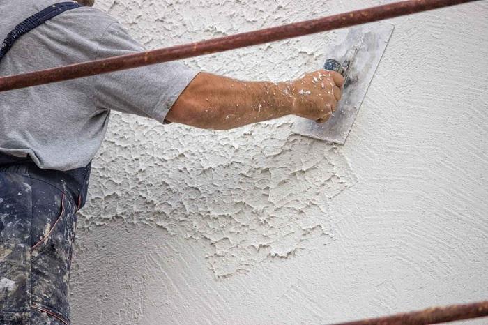При грамотном нанесении декоративной штукатурки, можно скрыть неровности стен. / Фото: strhouse.ru