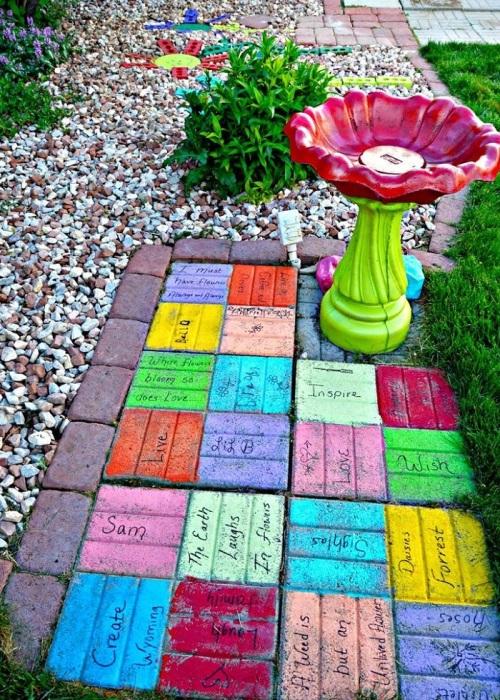 Тротуарную плитку можно покрасить яркой краской. / Фото: stroikairemont.com