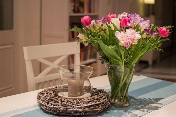 Живые цвета привносят тепло и уют в квартиру. / Фото: stroiniashka.ru