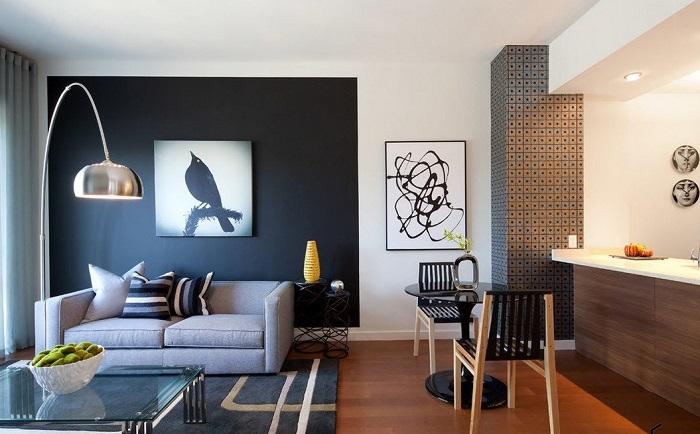 Зону гостиной и кухни можно выделить разными цветами. / Фото: strport.ru