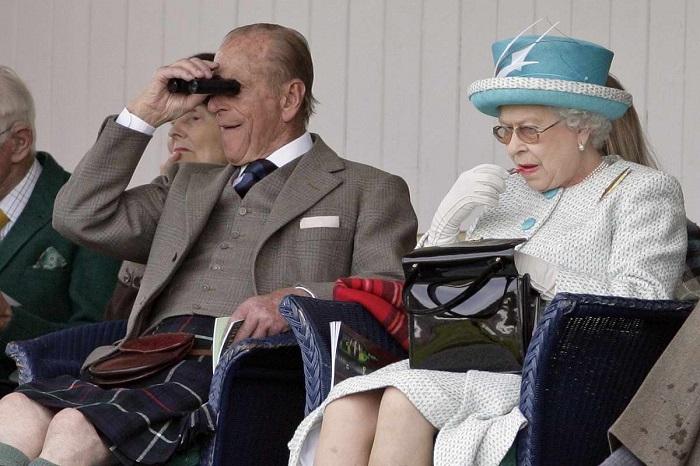 Почему королева Британии не расстается с сумочкой и какие знаки с ее помощью подает