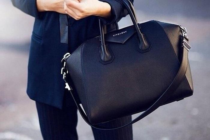 Черная сумка собирает воедино весь образ. / Фото: sumkamodnaya.ru