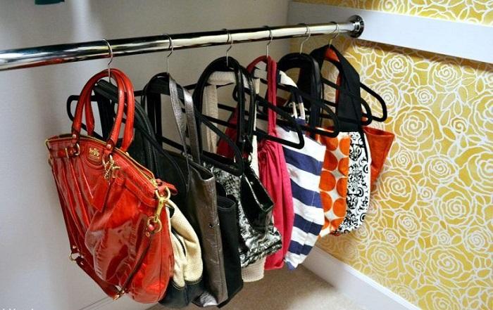 Если хранить сумки на вешалках, ручки испортятся. / Фото: pinterest.ru