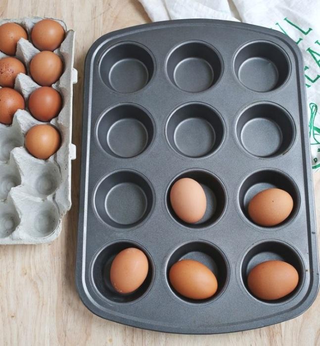Для удобства яйца можно положить в форму для кексов. / Фото: superboss.info